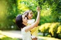 Мама с ребенком на улице