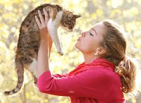 Девушка держит кошку в руках