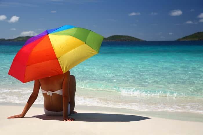 Двушка на пляже под зонтом от солнца