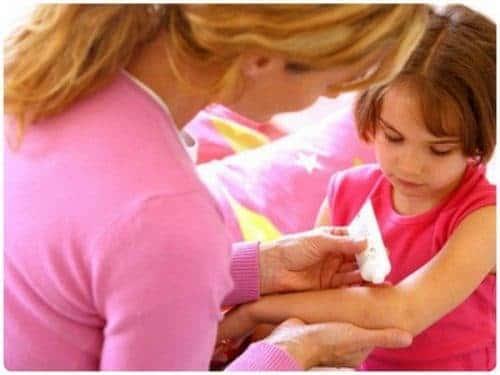женщина мажет ребенку руку