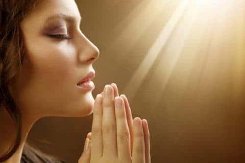 девушка молится
