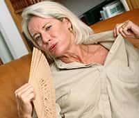 Женщина махает на себя веером