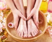 Девушка моет ноги