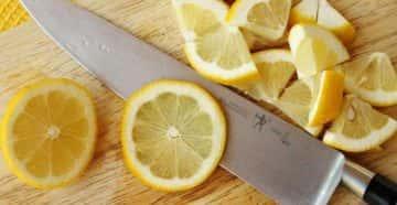 Нарезанный лимон и нож