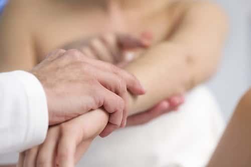 мужчина держит руку женщине