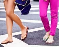 Ноги девушек в сланцах