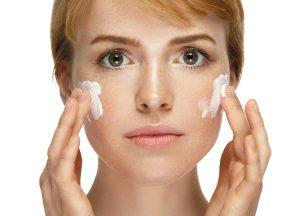 Нанесение крема, лицо, женщина