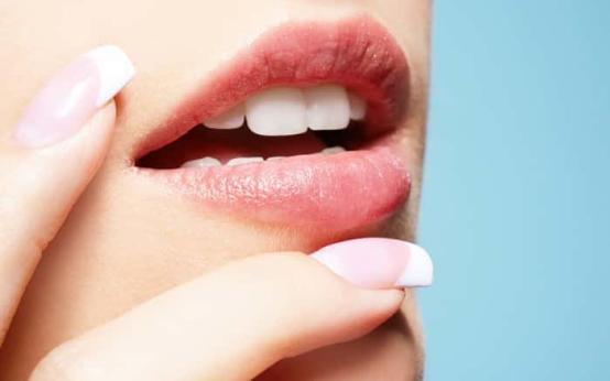 Из-за чего появляется грибок на губах и как он выглядит