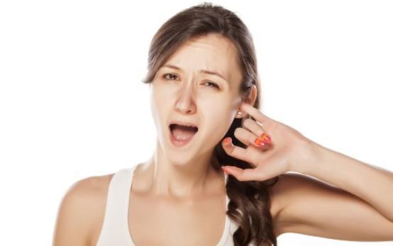Почему у человека чешутся уши внутри и чем это можно лечить