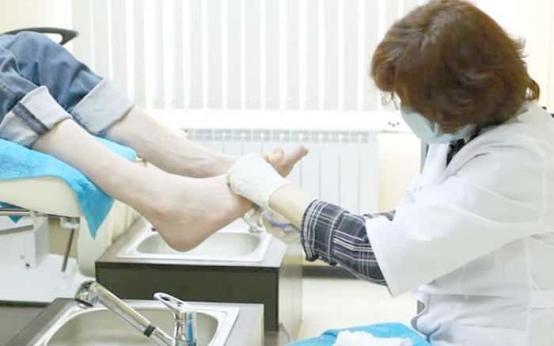 Как называется врач который лечит грибок ногтей на ногах