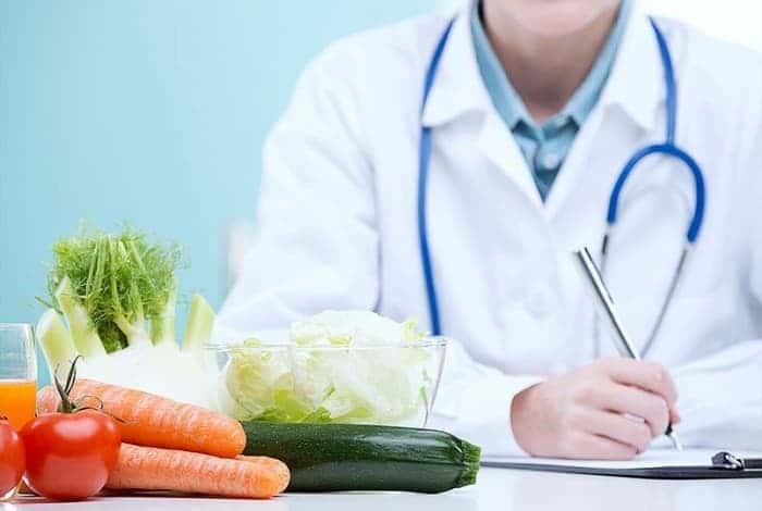 Доктор и овощи на столе