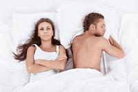 Парень спит и девушка лежит