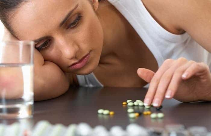 Девушка с таблетками на столе