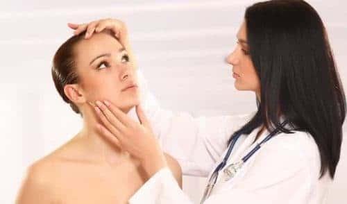 доктор осматривает лицо девушки