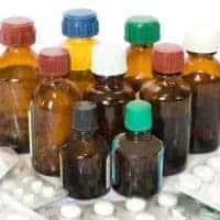 баночки и пачки с лекарствами