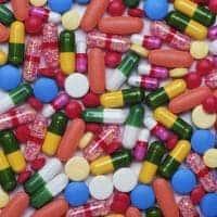 множество разноцветных таблеток