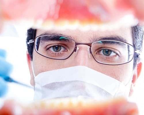 доктор осматривает рот пациента