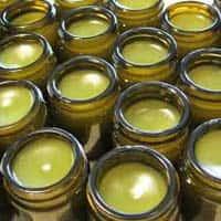 много баночек с зеленым кремом