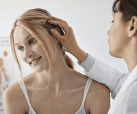 Осмотр головы дерматологом