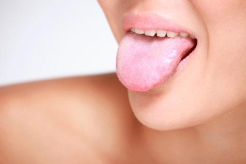 Белый налет и жжение на языке: причины и лечение
